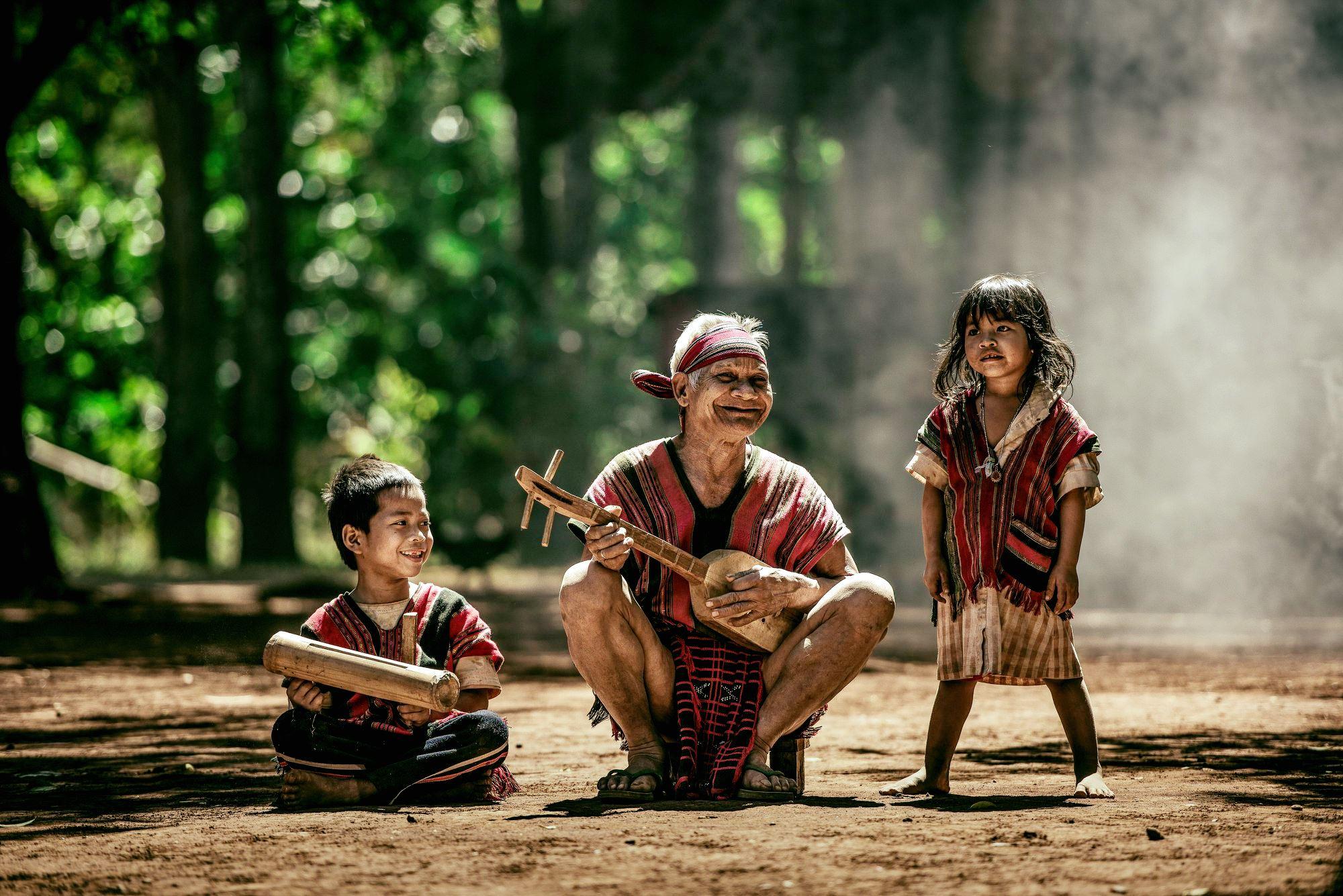 라오스 소수민족 브라오족 남자 3명